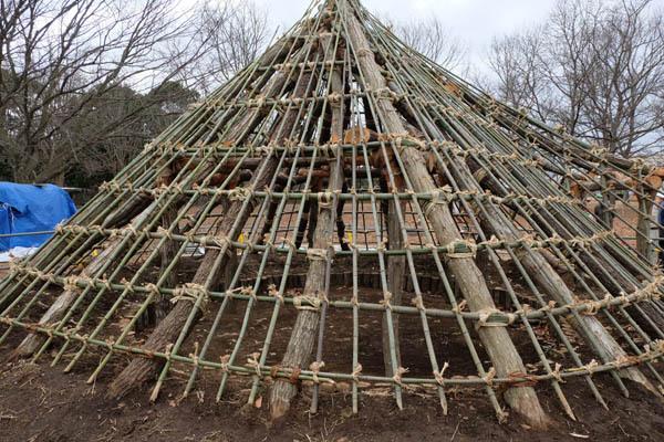 新竪穴式住居見学会-2_骨組み-01.jpg